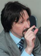 Василий Суворов демонстрирует готовый к применению ZigBee-модуль, разработанный его компанией