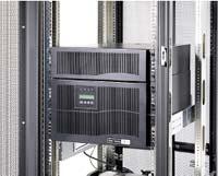 Рисунок 2. Eaton Powerware 9140 — мощная децентрализованная система электропитания с однофазным выходом для стоек средней (2-4 кВт) и высокой (4-6 кВт) плотности. Кроме замены батарей в «горячем» режиме, эти ИБП поддерживают и замену модуля электроники. В качестве аксессуаров предлагаются PDU, однако параллельная работа данной моделью не предусматривается. В ИБП применяется корректор коэффициента мощности на IGBT, регулирование тока заряда батарей (0,5-2,5 А), автоматический байпас для питания нагрузки при «горячей» замене модулей.