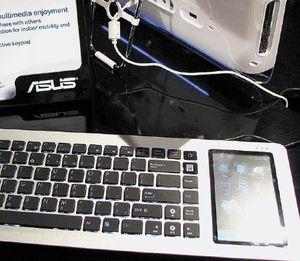 На случай, если большого экрана под рукой не окажется, клавиатура Eee Keyboard снабжена собственным экраном сдиагональю 5 дюймов, который располагается вправой части устройства