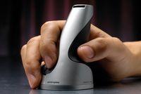 Необычный вертикальный дизайн призван уменьшить эффект канального синдрома: рука пользователя, держащего такую мышку, находится в более естественном положении