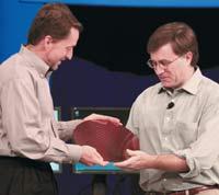 Пат Гелсингер, генеральный менеджер Intel Digital Enterprise Group, иДжим Брайтон, руководитель проекта Nehalem, спластиной, на которой выполнены процессоры архитектуры x86 следующего поколения