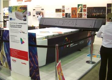 Стенд AT Design. Макс. ширина запечатываемых планшетным принтером Inca Spyder 320+ Ultratone рулонных материалов 2200 мм, макс. формат листовых 1250в2500 мм