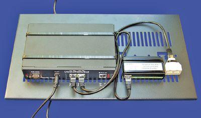 Рисунок 2. Для ограниченного пространства May предлагает систему, оснащенную всего лишь двумя интерфейсами периферийных шин, одним адаптером локальной сети и одним последовательным портом. Ее можно разместить на нижней стороне полки шкафа.