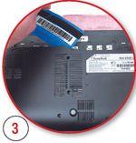С помощью пластиковой карты аккуратно разъединяем три защелки, расположенные под батареей