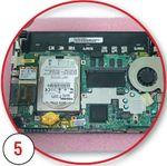 Отворачиваем винт крепления модуля беспроводной связи и отсоединяем его от разъема mini-PCI-E