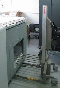 Для выгрузки стопы на приёмке нужно приспособление — иначе можно не успеть за скоростью печати