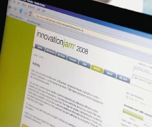 Входе традиционного глобального форума Innovation Jam сотрудники IBM ипредставители других организаций обмениваются идеями об актуальных вопросах вобласти бизнеса итехнологий