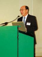 Участников пресс-конференции приветствует Хироши Саигуса, управляющий директор английского отделения Fuji Photo Film