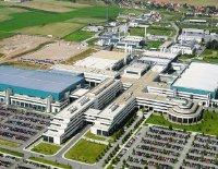 Фабрика Fab36 была сбольшой помпой открыта восенью 2005 года; внее, как ив другие подразделения научно-производственного комплекса вДрездене, AMD вкладывала миллиарды долларов ссередины 90-х