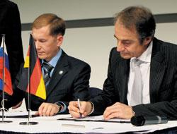 Соглашение о сотрудничестве в области ИТ для здравоохранения подписали министр информатизации и связи Татарстана Фарит Фазылзянов и президент Software AG Карл-Хайнц Штрайбих
