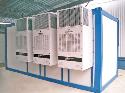 Рисунок 8. 20-футовый контейнер CHERUS-MDC-24-1 содержит до четырех-пяти стандартных стоек с оборудованием, системы безопасности (контроля и управления доступом, видеонаблюдения), мониторинга и диспетчерского управления, газового пожаротушения, кондиционирования (снаружи навешиваются три кондиционера Liebert HPW WM15MD) и бесперебойного электроснабжения (два ИБП APC SYMMETRA PX 30 КВт), вводно-распределительное устройство для гарантированного электроснабжения, кабеленесущие конструкции. В комплекте с контейнером, на прицепе, предлагается ДГУ Wilson мощностью 100 кВА. От системы гарантийного электроснабжения питаются два из трех кондиционеров.