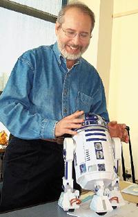 Какой специалист вобласти роботов не любит R2-D2? Тэнди Трауэр, генеральный менеджер Microsoft Robotics Group, уверен, что технология роботов развивается втаком направлении, что машины смогут развлекать людей иобслуживать их, далеко превзойдя нынешние почти игрушечные образцы
