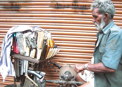 Точильщик ножей и потенциальный модератор социальной сети на улицах Калькутты