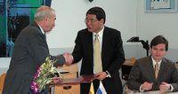 Ректор МГУП Александр Цыганенко и президент Tokyo Boeki Кацуи Учида обмениваются подписанными меморандумами