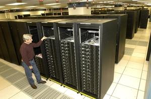 IBM Roadrunner работает в Лос-Аламосской национальной лаборатории. В течение последних месяцев он прошел модернизацию, в результате чего его скорость достигла 1,105 PFLOPS