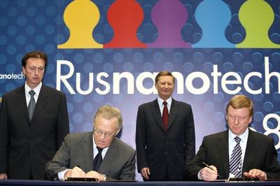 Президент РАН Юрий Осипов и Анатолий Чубайс подписывают договор о сотрудничестве