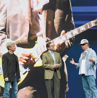 Рич Грин, Джонатан Шварц иНейл Янг демонстрируют, как спомощью Blu-ray итехнологии Java первые зрители смогут просматривать музыку, фильмы, видео, персональные архивы, фотографии, письма имногие другие материалы Янга, при этом одновременно воспроизводится звук, обеспечивая яркое представление опроцессе творчества