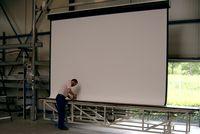 На фабрике Projecta в Веерте (Голландия) выпускается свыше 100 тыс. штук проекционных экранов в год, и переносить производство в Китай в компании не намерены
