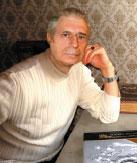 Издатель, автор идеи Александр Горяшко с книгой