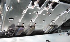 Три последовательно расположенные 2-канальные печатающие головки обеспечивают печать в один проход на ширине 50,8 мм