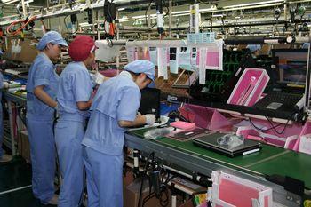 На производстве восновном заняты женщины. Их труд самый дешевый— работницы на конвейере получают порядка 150 долл. вмесяц. На сборку одного ноутбука из готовых компонентов уходит около двух минут