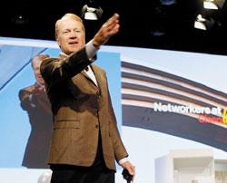 Джон Чамберс: «Мы сохраняли торговую марку Linksys потому, что вСоединенных Штатах для потребителей она всегда была известна больше, чем Cisco. Что же касается международного рынка, преимуществ втаком положении дел было немного»