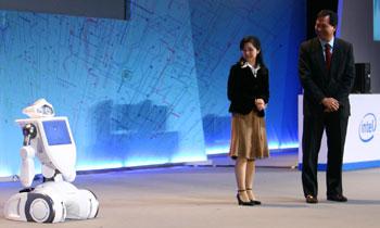 Вторая часть выступления Эндрю Чена была посвящена изменениям, происходящим в окружающем мире под влиянием цифровых технологий; среди прочих разработок китайских исследователей был продемонстрирован персональный помощник-робот Fuwa