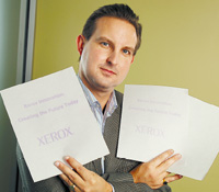 Пол Смит, менеджер лаборатории новых материалов корпорации Xerox, демонстрирует листы самостираемой бумаги