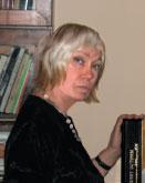 Художник и дизайнер Лариса Александрова с книгой в Музее Сытина