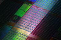 В отличие от специализированных графических процессоров конкурентов Larrabee построен на основе более мощного универсального x86-ядра
