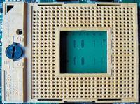 Чтобы заменить ЦПУ, нужно повернуть запорный винт ZIF-коннектора против часовой стрелки до упора, после чего аккуратно извлечь процессор