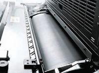 Флексографские устройства лакирования камер-ракельного типа (как, например, этот модуль от manroland) используются для сплошного лакирования, защищающего поверхность готового оттиска. Запечатанный материал можно тут же направлять на финишную обработку