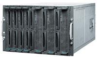 Рисунок 2. В модульных системах PRIMERGY BX600 высотой 7U, содержащих до десяти двухпроцессорных или до пяти четырехпроцессорных серверов на базе AMD Opteron или Intel Xeon, Fujitsu Siemens использовала «классическую» архитектуру, более привычную пользователям.