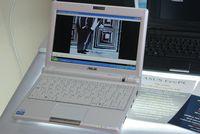 EeePC 900 легко отличить по увеличенному экрану и наличию Web-камеры