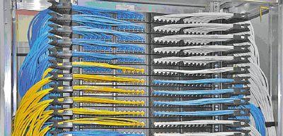Рисунок 3. Система администрирования кабелей располагается в боковой части шкафа.