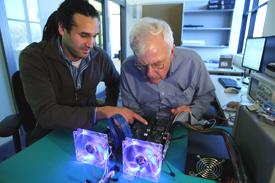 Джон Дэвис из университета Беркли и Чак Таккер из Microsoft Research работают над проектом перестраиваемой компьютерной платформы BEE3
