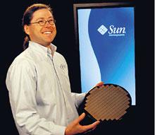 Президент игенеральный директор Sun Microsystems Джонатан Шварц демон?стрирует кремниевую пластину сNiagara 2