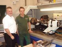 Директор Cheshire Engraving по продажам и маркетингу Грэхэм Рейси и технолог по разработке новых продуктов (справа) на фоне многолучевого лазера