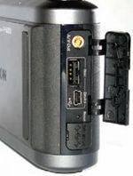 Защитная крышечка удобно поделена на две части: для доступа к интерфейсным разъёмам и подключению кабеля питания