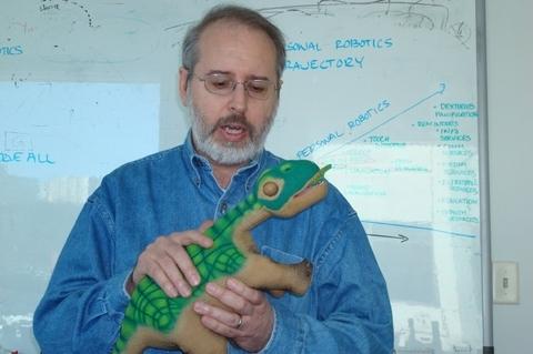 Тэнди Трауэр, генеральный менеджер Microsoft Robotics Group, рассказывает о последних достижениях в индустрии роботов, отмечая, что игрушечный робот-динозавр по имени Pleo может обучаться в ходе взаимодействия и в результате контактов с окружающей средой.