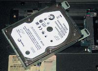 Чтобы заменить жесткий диск, необходимо вынуть его из гнезда и переставить направляющую планку, отвернув четыре винта