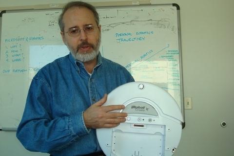 Трауэр демонстрирует платформу iRobot Create, цель создания которой – помочь людям понять основы технологии роботов и принципы составления программ для управления ими. Отрасли нужна стандартизированная программная платформа, и это как раз то, над чем работает Microsoft.