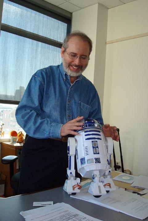 Какой специалист в области роботов не любит R2-D2? Трауэр уверен, что технология роботов развивается в таком направлении, что машины смогут развлекать людей и обслуживать их, далеко превзойдя нынешние почти игрушечные образцы.